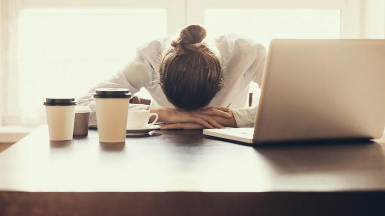 Quali sono i rischi che corri se lavori per 8 ore in un ufficio malato?