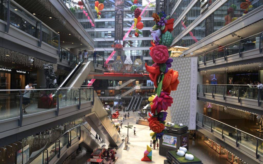 Lo shopping diventa una vera esperienza purificante con Fotosan nei centri commerciali.